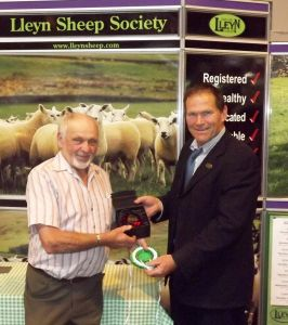 NLSC 2014 - Wynne Davies presents Gwyn Williams on behald of the North Wales Breeders Club.jpg