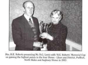 1993 - Mrs HE Roberts presenting Mr DG Lewis with HE Memorial Cup.JPG